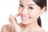Białe zęby z pastą do wybielania