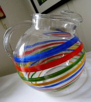 szklany dzbanek w kolorowe pasy