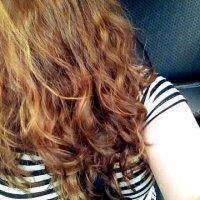 długie, rude, kręcone włosy